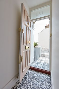 Pink Victorian front door by London Design Company. Pink Victorian front door by London Design Company. Victorian Front Doors, Victorian Homes, Victorian Front Garden, Victorian Hall, Victorian House Interiors, Victorian Terrace House, Front Door Design, Front Door Colors, House Front Door