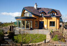 Colin (carpintero) y Féile (arquitecta) construyeron esta hermosa casa de cob, balas de paja y madera con borde natural en Skreen, el condado de Sligo, Irlanda. Más, incluyendo un vídeo, en www.naturalhomes.org/es/homes/mudandwood.htm