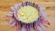 Iný recept na zemiaky už ani nehľadajte a rýchlo si pripravte tieto so slaninkou podľa receptu z youtube.K tomu rýchla obloha zo šampiňónov a zeleniny, ktorá doladí chuť tohto výborného jedla.Neoľutujete!Potrebujeme:4 zemiaky400 g slaniny (plátky)soľ … Bacon Potato, Potato Recipes, Pineapple, Easy Meals, Tasty, Fruit, Cooking, Breakfast, Food