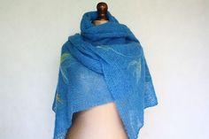 Niebieski szal wykonany z moheru na drutach