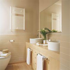 00149228. Baño con un radiador toallero_00149228