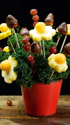 DIY Edible Arrangements Save money and make this sweet gift of a fruity bouquet at home instead. Edible Fruit Arrangements, Edible Bouquets, Dessert Original, Fruit Decorations, Fruit Flowers, Fruit Displays, Food Gifts, Fresh Fruit, Food Art