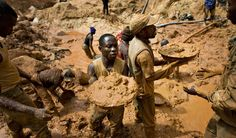 Miners form a human chain while gold mining the the Congo (Photo: REUTERS Finbarr O'Reilly)