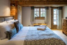 La Grange au Merle is a newly renovated luxury chalet from Clarian Chalets. Alpine Chalet, Ski Chalet, Alpine Style, Underfloor Heating, Old Wood, Wood Paneling, Skiing, Relax, Indoor