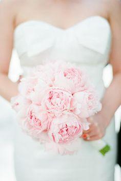 Ramo de novia elegante con peonias en color rosa - Foto Brklyn View Photography