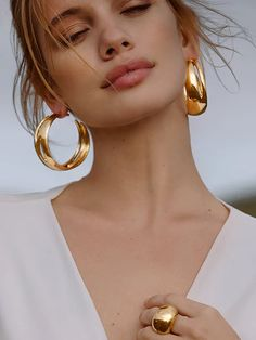 8 Spring 2020 Jewelry Trends From The Runways That You'll Want To Start Wearing Now spring fashion 2020 women Earring Trends, Jewelry Trends, Jewelry Accessories, Fashion Accessories, Women Jewelry, Fashion Jewelry, Fashion Earrings, Shooting Accessories, Fashion Fotografie