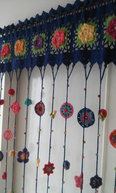 Charming crocheted window topper -- Cortinas Crochet Hasta M X Hasta Love Crochet, Crochet Granny, Crochet Flowers, Crochet Stitches, Knit Crochet, Crochet Patterns, Crochet Ideas, Irish Crochet, Hippie Crochet