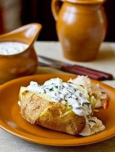 Печеный картофель с селедочным соусомИнгредиенты на 6 порций:6 крупных картофелинсоль по вкусу400 г филе сельди1 маленькая красная луковица (белая салатная тоже пододет)2 зубчика чеснока100 г корнишоновнебольшой пучок укропа600 г сметаны (от 25% жирности)Картофель тщательно моем щеткой. Накалываем в нескольких местах зубочисткой, натираем солью и растительным маслом.Каждую картофелину заворачиваем в кусок ...