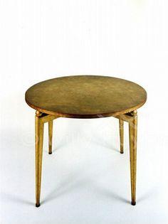Table ronde en laque « à l'arraché ». Laque de Jean DUNAND. Le plateau repose sur quatre boules qui le relient au piétement de forme droite. Circa 1935. http://willy-huybrechts.com/actualites/table-art-deco-en-laque-de-jean-dunand-et-eugene-printz