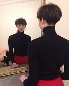 Best Short Wedge Haircuts for Chic Women The wedge hairstyles give women a retro look. Find the best advice as well as hot picture of the Best Short Wedge Haircuts for Chic Women. Short Stacked Wedge Haircut, Short Wedge Hairstyles, Best Short Haircuts, Cute Hairstyles For Short Hair, Short Hair Styles, Asian Hairstyles, Pixie Haircuts, Haircut Short, Hairstyles Haircuts