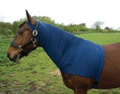 Scheer jij je paard of pony of schuurt deze ? In beide gevallen kun je gebruik maken van een halsbeschermer . De halsbeschermer zorgt er tevens voor dat het dier schoon en stofvrij blijft . Handig als je naar een wedstrijd of keuring moet ! Bekijk en bestel op pony-maatjes.nl