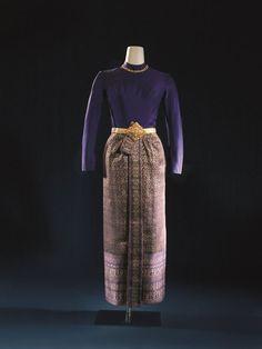 thai-boromphiman-thai-boromphiman ชุดไทยบรมพิมาน ตั้งชื่อตามพระที่นั่งบรมพิมาน ใช้ผ้ายกไหมหรือยกทองมีเชิง หรือยกทองทั้งตัวก็ได้ตัดติดกันกับตัวเสื้อ หรือเป็นเสื้อคนละท่อนก็ได้ซิ่นจีบหน้ามีชายพก ยาวจรดข้อเท้า ใช่เข็มขัดไทยคาดเสื้อคอกลม ขอบตั้ง ผ่าด้านหน้าหรือด้านหลังก็ได้แขนยาว ใช้สำหรับงานพิธีตอนค่ำ เหมาะสำหรับงานพิธีเต็มยศและครึ่งยศ เช่น งานอุทยานสโมสร งานพระราชทานเลี้ยงอาหารค่ำอย่างเป็นทางการ หรือเป็น ชุดเจ้าสาว