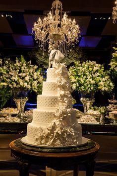 Bolo de casamento clássico todo branco com bolinhas (poás) e flores de açúcar - no topo, noivinhos de porcelana da Lladró ( Foto: Fernanda Scuracchio )