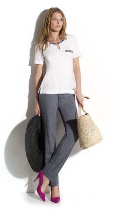 Pantalón gris con camiseta de manga corta de color blanco.  Naulover  Moda   ModaMujer  Fashion c353c1ac02760