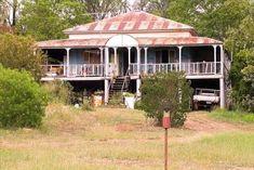 Old Queenslander - Australia house. Abandoned Farm Houses, Old Farm Houses, Nice Houses, Country Houses, Australian Architecture, Historical Architecture, Queenslander House, Australia House, Land Of Oz