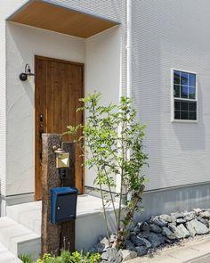 miiさんはInstagramを利用しています:「玄関からこんにちは♡ . 先日、プロのカメラマンさんに撮って頂いたデータが届いたので少し載せさせて下さい〜♡ . 外壁は白のタイルで、玄関ポーチだけ塗り壁にしてもらいました♡ . この写真だと塗り壁感が分かる!😍 . 自分で撮るとうつらないのに、さすがプロです👏💕 .…」 House Design, Outdoor Decor, Decor, House, Garage Doors, Home, Porch, Doors, Home Decor