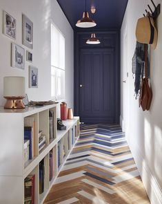blue door and ceiling in entryway with parquet flooring Home Design: Interior Design Ideas for Conte Home Interior, Interior Architecture, Interior And Exterior, Interior Decorating, Decorating Ideas, Decor Ideas, Color Interior, Interior Painting, Design Interior