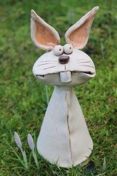 Keine Bastelidee zu Ostern, aber wir fanden die Figur zu witzig! Sie ist 23 cm groß und in liebevoller Handarbeit aus Ton hergestellt worden: