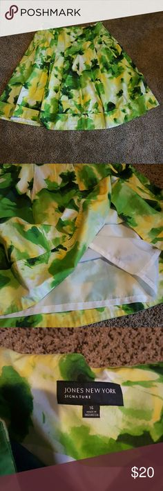 Jones of New York Signature skirt sz 14 LIKE new extremely vibrant skirt with pockets fabric is fabulous fully lined small amount of stretch cutest little pleats in the front Jones New York Skirts
