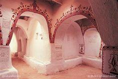 Este es la ciudad oasis Libia de Ghadamès, conocida como la perla del desierto debido a su muros encalados. Un auténtico laberinto de calles cubiertas. Puedes ver más fotos y un video aquí www.naturalhomes.org/es/homes/ghadames.htm