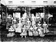 Spanish schoolgirls in Manila. Photo taken in 1890 Philippine-American War, Class Pictures, Old Pictures, Vintage Pictures, Emilio Aguinaldo, Fort Santiago, Jose Rizal, The Spanish American War, Filipino Culture, Bataan