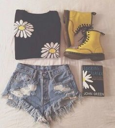 """Daisy Outfit: daisy shirt, jean short cutoffs, yellow DocMartins, and of course a book--""""Looking For Alaska"""" by John Green (the yellow boots! Look Fashion, Teen Fashion, Womens Fashion, Fashion Ideas, Fashion Pics, Hipster Fashion, Perfect Outfit, Elegantes Outfit, John Green"""