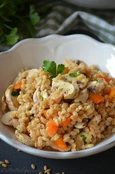 Voici une salade de petit épeautre bio qui a eu un réel succès. Le petit épeautre en salade c'est vraiment délicieux, j'ai goûté cet été dans un restaurant pour la première fois cette céréale sous forme de risotto, mais je pense que je préfère davantage... Greens Recipe, Couscous, Fried Rice, Bon Appetit, Voici, Risotto, Entrees, Main Dishes, Salads