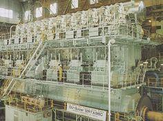 De voortstuwingsmotor 12 cilinder Sulzer RTA96C mag er trouwens ook wel zijn (gefabriceerd in Aioi)