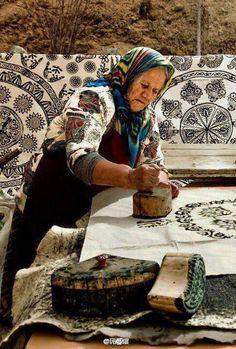 Indian Block Printing 在印度流传了千百年的古老工艺,以刻入飞鸟虫鱼草木的木章沾染自然萃取的染料,印画美丽的织物。