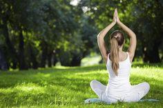 Para começar o dia revigorado e cheio de energia, nada como praticar yoga e ainda sem custo.