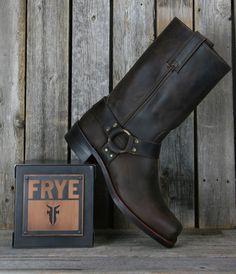 Engineer Boots e Harness Boots: Botas Masculinas Com Estilo Biker Frye Boots Mens, Mens Biker Boots, Frye Harness Boots, Motorcycle Boots, Botas Harley Davidson, Engineer Boots, Dapper Men, Cool Boots, Mens Clothing Styles