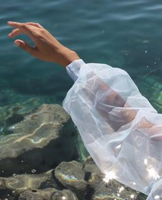 Summer Aesthetic, Blue Aesthetic, Aesthetic Vintage, Aesthetic Photo, Aesthetic Pictures, Water Aesthetic, Aesthetic Fashion, Images Esthétiques, Jacquemus