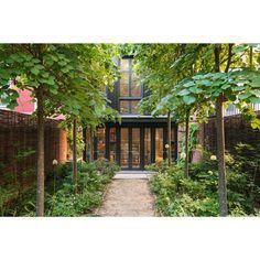 The Insider: Brooklyn Heights Townhouse Gets Garden-View Kitchen With British Accent New York Townhouse, Townhouse Garden, Victorian Townhouse, Victorian House, Design Patio, Elizabeth Roberts, Wallpaper Companies, Garden Levels, Brooklyn Brownstone