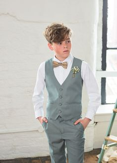 Available from the Paisley of Londons four-piece Flint suit set will keep him bang on trend at those warm weather celebrations. The modern sage green hue is set to dominate the trends this year. Kids Wedding Suits, Wedding Outfit For Boys, Wedding With Kids, Boys Suits, Navy Suits, Burgundy Suit, Sage Green Wedding, Green Suit, Crisp White Shirt
