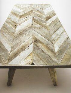 Mesa para área externa feita com paletes, dispondo a madeira num padrão espinha de peixe.  Fotografia: beautifullycontained.blogspot.com.br.