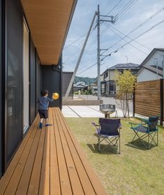 風の流れをつくる大きな窓が生み出す、庭との一体感。ウッドデッキでのおしゃべり、バーベキューを囲んで笑顔が集まります。#ルポハウス #設計士とつくる家 #注文住宅 #デザインハウス #自由設計 #マイホーム #家づくり #施工事例 #滋賀 #おしゃれ #庭 #ウッドデッキ #芝 #バーベキュー Japanese Home Decor, Japanese House, Indoor Garden, Home And Garden, Home Landscaping, Backyard, Patio, Japanese Design, Entrance