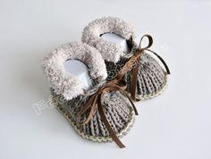 Chaussons bébé, chaussons de bébé tricotés (marron-beige) est une création orginale de feetricoteuse sur DaWanda