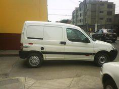 Camioneta en vereda a una cuadra de Comisaría Magdalena