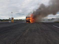 Esta mañana mientras circulaban por la autopista Torreón - Durango el autobús de la Banda Tierra Sagrada se incendió. Una fuga de diesel habría sido la causa. No se reportan personas lesionadas.