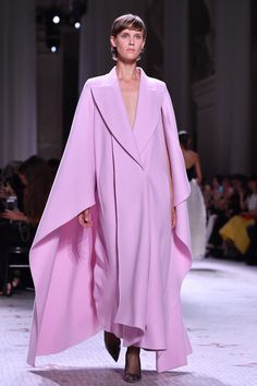 A model walks the runway during the Givenchy Haute Couture Fall/Winter 2019 2020 show as part of Paris Fashion Week on July 2019 in Paris, France. Abaya Fashion, Couture Fashion, Paris Fashion, Runway Fashion, High Fashion, Colourful Outfits, Colorful Fashion, Fall Fashion Week, Autumn Fashion