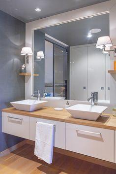 Aménagement de salle de bain sur-mesure, mélaminé lin et chêne naturel