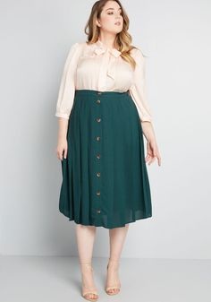 ModCloth Assorted Admirers Buttoned Midi Skirt Green You are in the right place about black Midi Ski Plus Size Professional, Professional Outfits, Curvy Girl Outfits, Modest Outfits, Emo Outfits, Look Plus Size, Plus Size Work, Plus Size Skirts, Plus Size Outfits