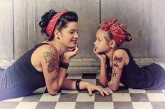 madre e hija vestidas igual y acostadas en el suelo