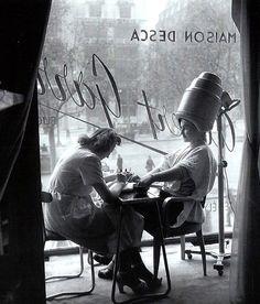 Robert Doisneau - The Hairdresser, Paris, ca black & white Robert Doisneau, Old Paris, Vintage Paris, Retro Vintage, Black White Photos, Black And White Photography, Fotografia Social, Vivian Maier, French Photographers