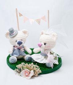 De boda (I) | Gallimelmas e Imaginancias Crochet Bear, Crochet Dolls, Handmade Soft Toys, Crochet Wedding, Wedding Topper, Cute Little Things, Cute Toys, Hand Embroidery Patterns, Chrochet