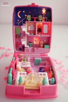 Calendrier de l'Avent Polly Pocket : jour - Poulette Magique - Nostalgia: Why 2018 Was the Year of the Nineties - Rolling . 90s Toys, Retro Toys, Vintage Toys, Childhood Toys, Childhood Memories, Polly Pocket World, Poly Pocket, Mini Things, Cute Toys