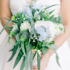 Flowers blue and white brides 28 Ideas Boquette Wedding, Post Wedding, Wedding Bridesmaids, Wedding Flowers, Table Flower Arrangements, Flower Vases, Wedding Window, Flower Garden Plans, Art Nouveau Flowers