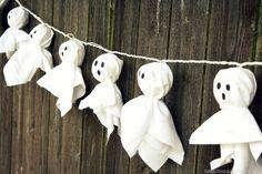 Iluminación fantasmagórica con girnaldas de fantasmas   Más info e ideas para #Halloween en ►http://trucosyastucias.com/decorar-reciclando/decoracion-halloween-casera #DIY #manualidades