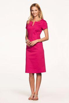 Vackert designad klänning med kort ärm och halsringning med sprund  framtill. Figurnära passform. Längd ca 108 cm i stl 38. 97% bomull 97764eca1a9de