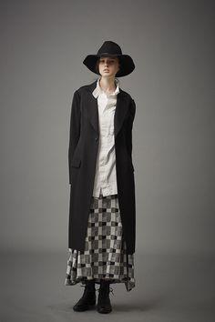 「ヨウジヤマモト プリュス ノアール(YOHJI YAMAMOTO + NOIR)」は2015-16年秋冬コレクション ルックブックを発表した。
